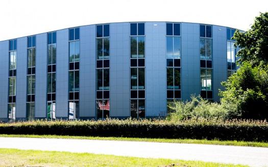 op zichtlocatie gelegen kantoorgebouw met industriële uitstraling